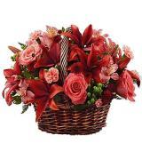 Καλάθι με διάφορα λουλούδια της εποχής